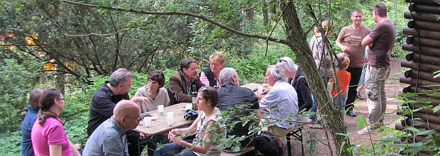 Im Anschluss der Veranstaltung im Juni gab es zahlreiche Gespräche hier im Bild Michael Krejsa, Marie Louise Mettler, Kurt Landthaler, Hans Winkler, Bob und Marja Sondermeijer, Hanni Martin u.a.