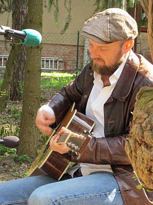 """Henrik Freischlader, Blues-Gitarrist und Sänger sucht jetzt hier in Waldsieversdorf sein """"House in the Woods"""" (Titel seiner neuesten CD)"""
