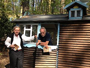 Enst Volland und David King am Kinderhaus auf dem Heartfield-Grundstück. Foto: Lena Volland