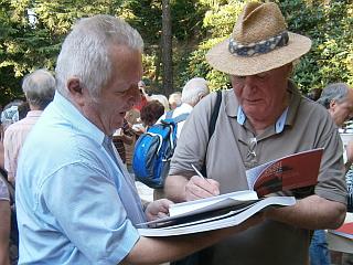 Harald Schadeck lässt für den Freundeskreis ein Buch von Helmut Herbst signieren.