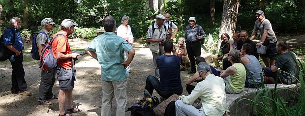 Thomas Mees mit der Wandergruppe vor dem Sommerhaus
