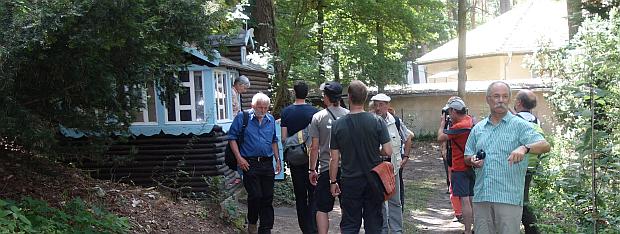 Bevor es in den Ferienpark zum Mittagessen geht, wird noch das Kinderhaus besichtigt.