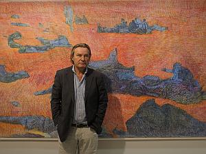 Ernst Volland vor einem seiner neueren Werke, einem Buntstiftbild