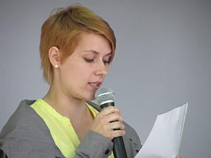 Juliane Koszinski liest Ausschnitte eines Briefes.