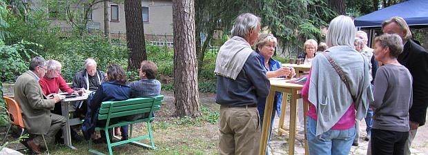 Gespräche vor der Veranstaltung bei Kaffee und Kuchen von Café Tilia