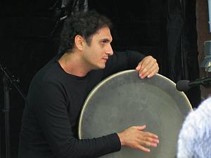 Mohammad Reza Mortazavi auf der persischen Rahmentrommel Daf