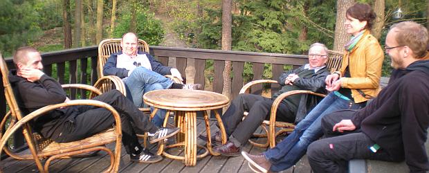 Auf Heartfields Gartenstühlen auf der Terrasse genießen auch Christian Bartsch und A. Jahneke  (beide Mitte) das herrliche Sommerwetter auf diesem schönen Grundstück.