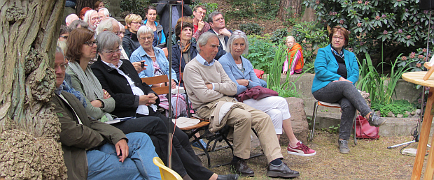 Zu Gast sind auch Herr Dr. Trautwein und Frau Dr. Joss (alter und neue Direktorin des Archivs der Akademie der Künste) under Enkel John heartfields Bob Sondermeijer mit Frau, erste Reihe von links.
