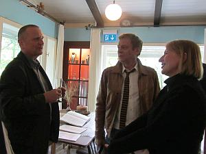 Hubertus Giebe, Sylvester Groth und Dagmar Manzel vor Hertfields Schreibtisch.