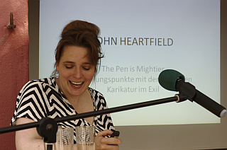 Anna Schultz weist bei Beginn ihres Vortrages auf die falsche Ankündigung (The penis mightier) im Waldsieversdorfer Gemeindeblatt hin, damit die Anwesenden nicht etwa enttäuschend sind von ihrem Vortrag.