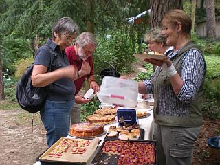 Brigitte Lerahn und Alice Schadek stehen hinter dem Kuchenbüfett. Die Gäste greifen tüchtig zu. Es bleibt kein Kuchen übrig.