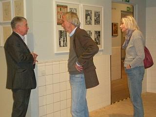 Matthias Schindler erläutert dem Enkel Bob Sondermeijer und seiner Frau die Ausstellung.