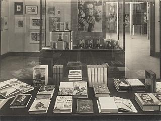 """Blick in den Heartfield-Raum der Aus- stellung """"FILM UND FOTO"""". Stuttgart,  1929. AdK, Berlin, John-Heartfield- Archiv, Nr. 61903501013."""