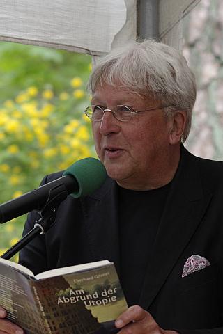 """Stellvertretend für Klaus Staeck liest Eberhard Görner einen Text des Künstlers aus dem Buch """"Abgrund der Utopie"""""""