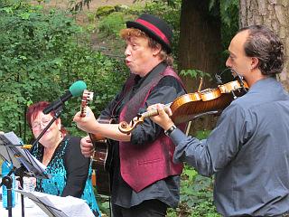 Karsten Troyke mit seiner rauchigen Stimme interpretiert Texte von Tucholsky. Daniel Weltlinger begleitet auf der Geige.