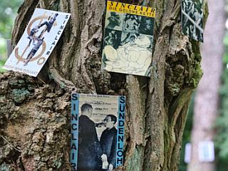 Harald hat die Bäume mit Buchumschlägen geschmückt.