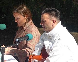 Juliane von Wedemeyer und Janko Lauenberger lesen, erzählen und musizieren.