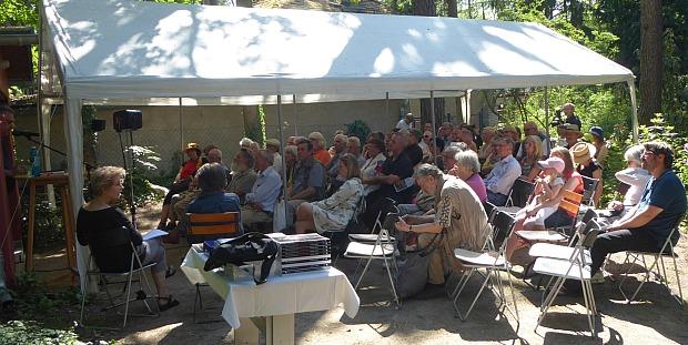 Ca. 75 Gäste lauschen dem Vortrag.