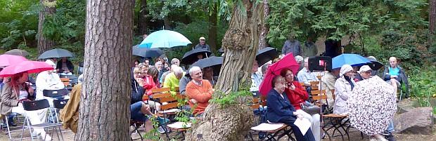 Bis zur Pause blieb es trocken, danach begann leichter Regen. Der größte Teil des Publikum hielt aus. Besonderen Dank an die Künstler, dass sie nur leicht geschützt durch Regenschirme das Programm zu Ende geführt haben.