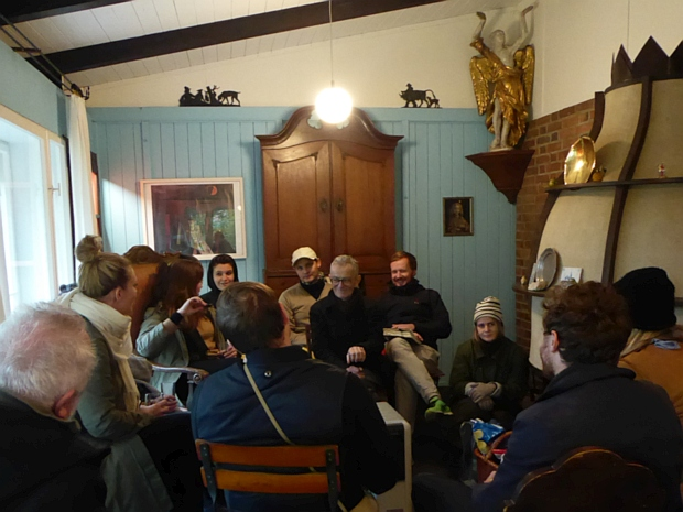 Zur Diskussionsrunde am Sonntagnachmittag war es draußen zu kalt. In Heartfields Kaminzimmer war es angenehmer.