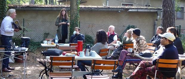 Ernst Volland berichtet über Heartfields Arbeiten. Im Hintergrund stehend die Organisatorin Sara.