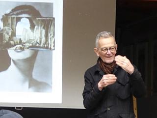 """David Evans beim Vortrag. 1992erschien sein Buch """"John Heartfield AIZ/VI 1930-38""""."""